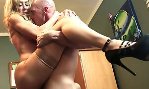 Slutty mature blonde babe Brandi Love gets brutally penetrated